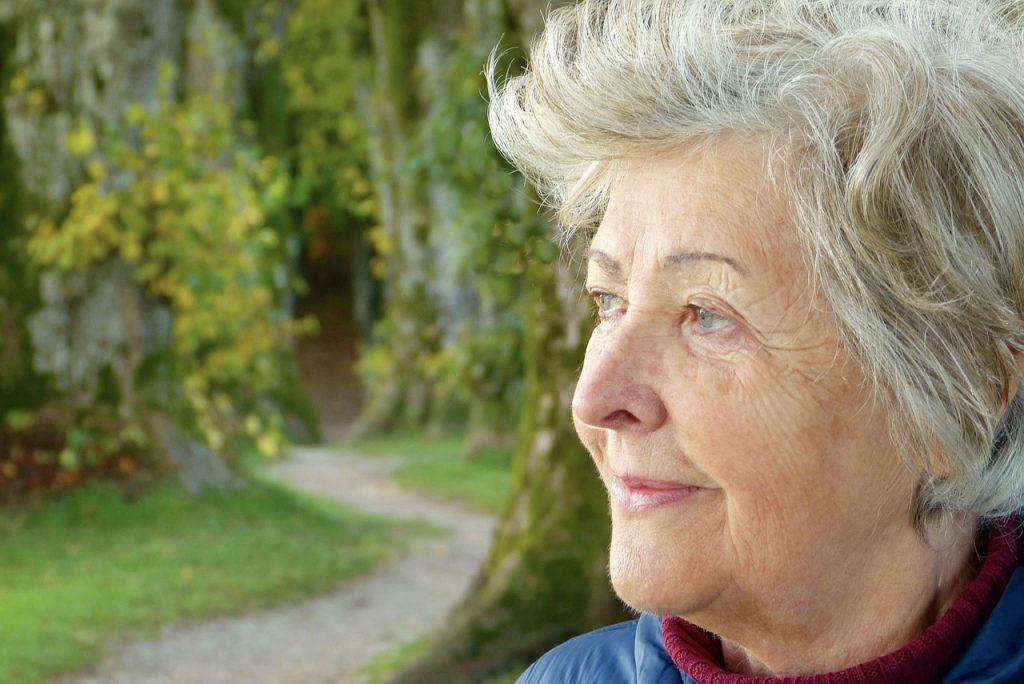 Señora en un parque